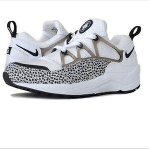 Woman's Nike Huarache light running shoe